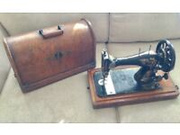 VINTAGE 1890s SINGER SEWING MACHINE, WOODEN LOCKABLE CARRY CASE, APPEARS COMPLETE, WINDOW DISPLAY
