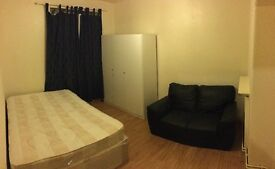 Double room just 2 min from oval station 180 pw