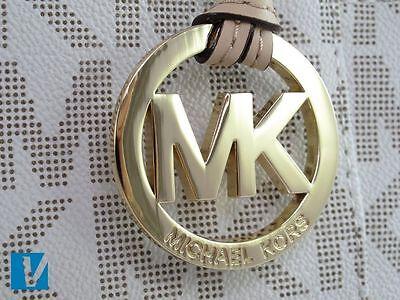 Un signo revelador de una falsificación de Michael Kors es uno con letras  minúsculas o faltas de ... 8eed9faf0d