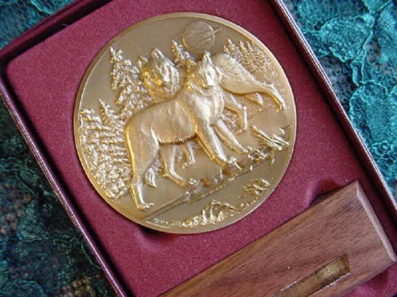 (MD-4) New Lg BRONZE MEDAL Wolf howling LIMITED EDITION # love wolves GIFT
