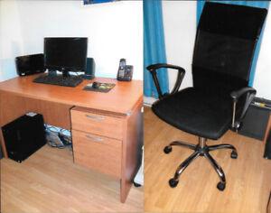 bureau de travail avec chaise.
