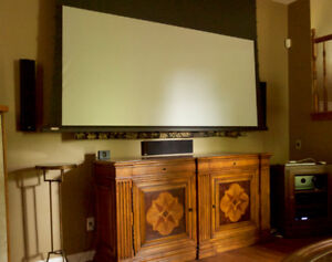 Projector and motorized screen with Panamorph cine lens