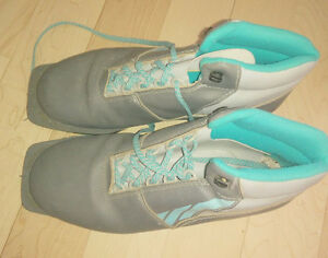 Cross country ski boots for 3 pin bindings, men's 8.5, very good