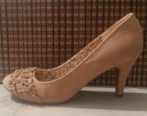 GUESS HEELS - BEIGE SUEDE w/ ADORABLE RUFFLED TOE, Almost New