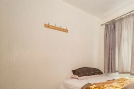 Bright room in 5-bedroom hosue in Sidcup