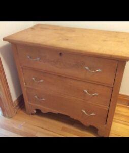 Commode antique en bois
