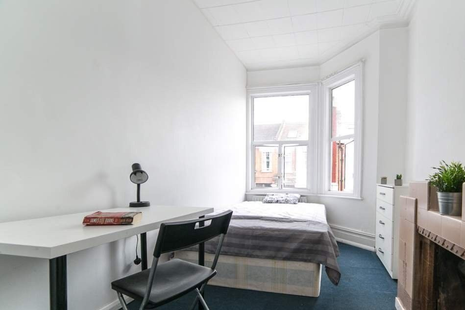 Comfortable Room For Rent In 8 Bedroom House Clapham South In