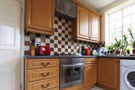 Rooms to rent in 5-bedroom flat with balcony in Shepherds Bush