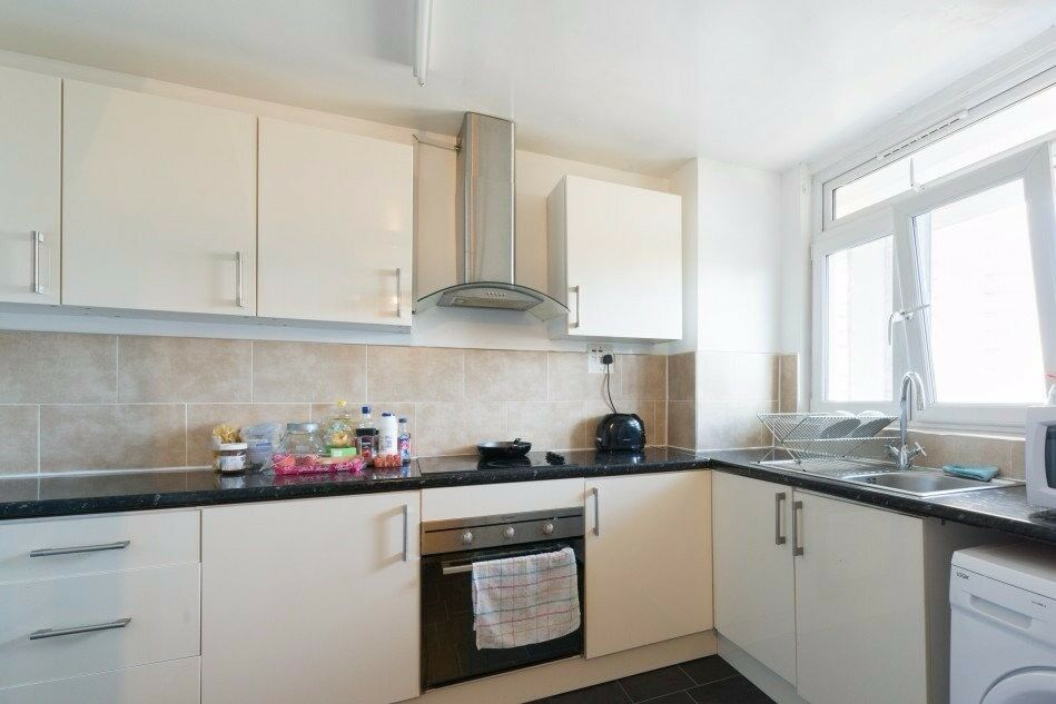Rooms for rent in a 5-bedroom duplex flat in Poplar
