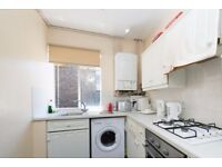 Double Bed in Rooms to rent in 3-bedroom apartment in South Kensington