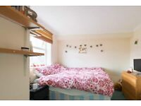 Furnished room with chest of drawers in 4-bedroom flat in Tooting