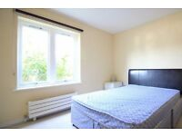 Double Bed in Rooms to rent in 3-bedroom apartment in Shepherds Bush, close to Notting Hill