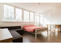 Double Bed in Rooms to rent in 4-bedroom flatshare in Hoxton