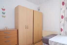 Spacious room in 4-bedroom apartment in Tower Hamlets