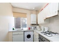 Double Bed in Rooms to rent in 3-bedroom apartment in South Kensington, close to the station