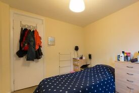 Double Bed in Room to rent in a 4-bedroom apartment with central heating in Earlsfield