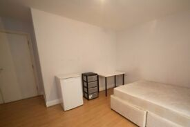 Rooms to rent in 5-bedroom apartment with balcony in Limehouse, Travelcard Zone 2