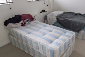 Rooms with private bathrooms in 2-bedroom apartment near Kilburn High Road