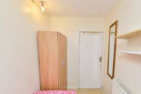 Rooms to rent in furnished 6-bedroom apartment in Woodberry Down