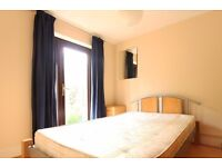 Double Bed in Rooms to rent in 6-bedroom houseshare with balcony and terrace - Tower Hamlets