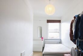 Rooms to rent in bright 3-bedroom apartment in Fulham