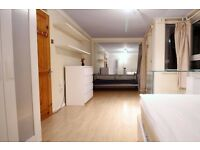 Double Bed in 5 Rooms in Shared House with Garden in Poplar, 20 Minutes to Westfield Stratford