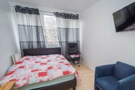 Spacious room with tv in 5-bedroom flat, Putney