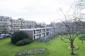 Double Bed in Rooms in a 5 Bedroom Flat in Maida Vale, close to the Station