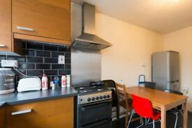 Rooms to rent in 4-bedroom flatshare with balcony in Limehouse