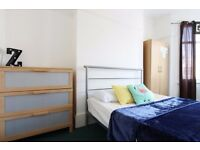 Double Bed in Rooms to rent in a 7-bedroom flat with garden in Kensington