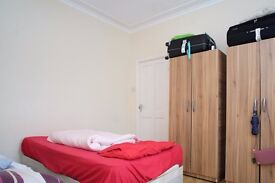 Twin Beds in Bright rooms to rent in 4-bedroom house in in Upton Park area