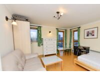 Rooms to rent in 3-bedroom apartment with balcony in Isle of Dogs, Travelcard Zone 2