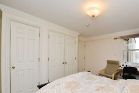 Furnished rooms to rent in 3-bedroom flat in Earls Court