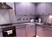 Double Bed in Rooms to rent in 4-bedroom apartment on Kings Road - professionals