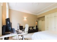 Double Bed in Rooms to rent in 4-bedroom apartment with central heating in Westminster