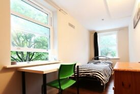 Rooms to rent in 14-bedroom houseshare in Ealing
