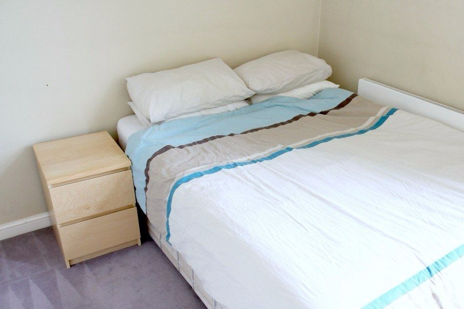 Double Bed in Rooms for Professionals in Remodeled House with Garden, Isle of Dogs