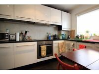 Double Bed in 4 rooms available to rent for professionals in house with parking in Westferry