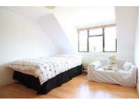 Double Bed in Rooms to rent in 7-bedroom houseshare with garden and parking - Greenwich
