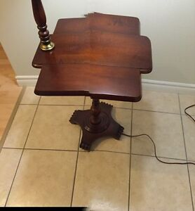 SMALL DROP LEAF ACCENT TABLE/LAMP