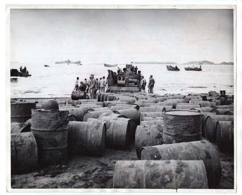 1943 USMC Marines Unloading Fuel Drums South Pacific 8x10 Original News Photo