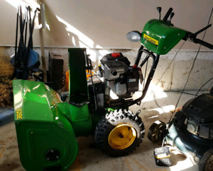 John Deere Snow Blower - Briggs & Stratton Engine