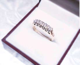 Beautiful 9ct Gold 0.27 Carat Diamond Ring - See photos and details
