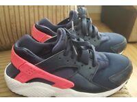 Nike air huarache ladies size 5.5. but see description.