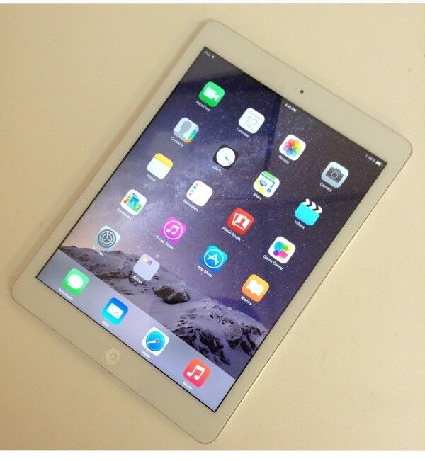 IPAD AIR WHITE AND SILVER WITH SMART COVER
