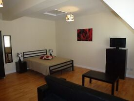 Spacious modern double room, WIFI, bills included, Swindon town centre, couples welcome