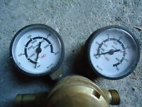 Nitrogen gas regulator looks like new but one gauge broken hence low price