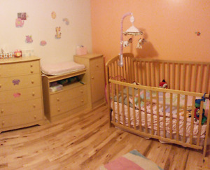Set chambre bébé: bassinette, table à langer et commode