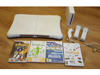 Wii, wii fit board, 2 controllers, numb chuck and 4 games - as picture