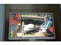 """WHITE 32"""" TOSHIBA DVD TV COMBI WITH FREEVIEW"""